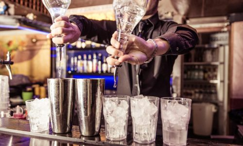 bartender_pouring_drinks-min-1024x678